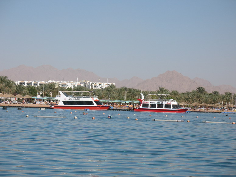 Лодки со стеклянным дном.